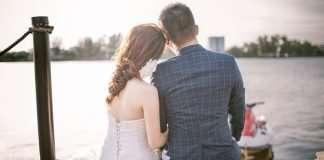 couple-sitting-on-the-sea-shore